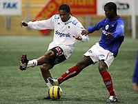 Fotball , 4. mars 2006 , Treningskamp Vallhall , Vålerenga - Odd Grenland , Odd s Olof Hviden-Watson mot VIF s Mbulelo Mabizela Foto: Kasper Wikestad