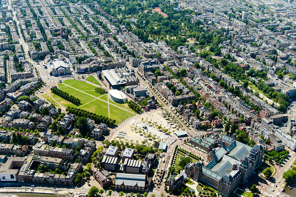 Nederland, Noord-Holland, Amsterdam, 29-06-2018; Amsterdam-Zuid, Museumkwartier. Met aan het Museumplein Concert Gebouw, Rijksmuseum, Van Goghmuseum, Stedelijk Museum.  Vondelpark.<br /> Museum quarter.<br /> View of the old town, w belt of canals.<br /> luchtfoto (toeslag op standard tarieven);<br /> aerial photo (additional fee required);<br /> copyright foto/photo Siebe Swart