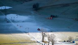 THEMENBILD - Blick auf den Lechnerberg, der teilweise mit Kunstschnee bedeckt ist, aufgenommen am 23. Dezember 2014, Kaprun, Österreich. Kein Wintereinbruch, Seilbahner warten auf Schnee bzw. auf einen Temperatursturz // View of the Lechnerberg, which is partially covered with artificial snow, Kaprun, Austria on 2014/12/23. EXPA Pictures © 2014, PhotoCredit: EXPA/ JFK
