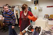 Kandidaat-voorzitter van het CDA Ruth Peetoom bekijkt in de kleedruimte de kostuums van het gezelschap Kamak. Links kijkt de regisseur toe. Ruth Peetoom is op bezoek bij de theatergroep Kamak in Hengelo. Bij de theatergroep acteren verstandelijk gehandicapten en wordt onder meer via AWBZ betaald