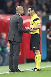 01.04.2014, Old Trafford, Manchester, ENG, UEFA CL, Manchester United vs FC Bayern Muenchen, Viertelfinale, Hinspiel, im Bild l-r: Chef-Trainer Pep Guardiola (FC Bayern Muenchen) diskutiert mit Schiedsrichter Carlos Velasco Carballo wegen der roten Karte // during the UEFA Champions League Round of 8, 1nd Leg match between Manchester United and FC Bayern Muenchen at the Old Trafford in Manchester, Great Britain on 2014/04/01. EXPA Pictures © 2014, PhotoCredit: EXPA/ Eibner-Pressefoto/ KOLBERT<br /> <br /> *****ATTENTION - OUT of GER*****