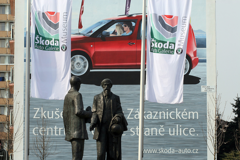 Mlada Boleslav/Tschechische Republik, Tschechien, CZE, 19.03.07: Die Skulpturen von den Skoda Gr&uuml;ndern Vaclav Klement und Vaclav Laurin vor dem Skoda Automuseum in Mlada Boleslav. Im Hintergrund Werbung f&uuml;r den neuen Skoda Roomster.<br /> <br /> Mlada Boleslav/Czech Republic, CZE, 19.03.07: Sculptures of Skoda company founders Vaclav Klement and Vaclav Laurin promoting Skoda Auto Museum in front of Skoda Auto advertising poster in Mlada Boleslav. Czech car producer Skoda Auto is a subsidiary of the German Volkswagen Group (VAG).