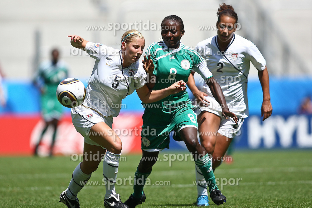 25.07.2010,  Augsburg, GER, FIFA U20 Womens Worldcup, , Viertelfinale, USA vs Nigeria,  im Bild Kendall JOHNSON (USA #5) Ebere ORJI (Nigeria #8) und Toni PRESSLEY (USA #2) , EXPA Pictures © 2010, PhotoCredit: EXPA/ nph/ . Straubmeier+++++ ATTENTION - OUT OF GER +++++ / SPORTIDA PHOTO AGENCY