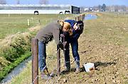 Nederland, Nijmegen, 12-3-2016NL Doet. Twee vrouwen bezig met de aftrastering bij zorgboerderij De Groote LochtFOTO: FLIP FRANSSEN