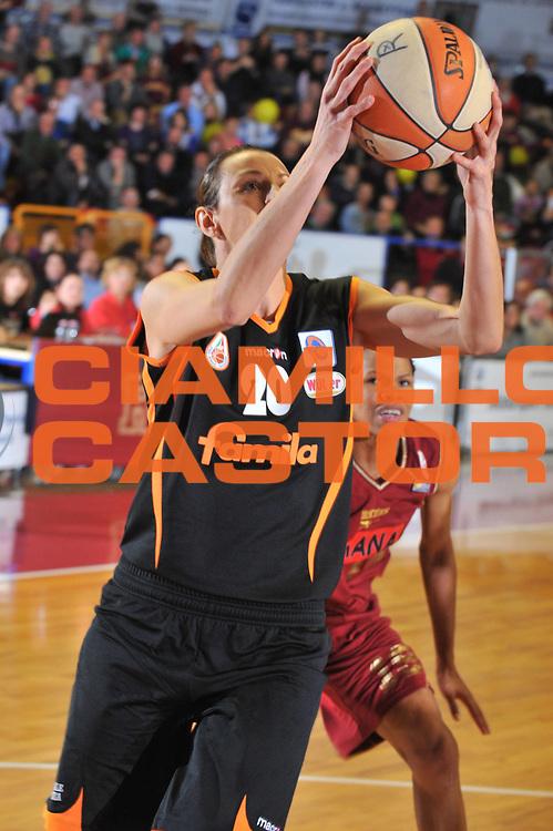 DESCRIZIONE : Venezia LBF Umana Reyer Venezia Famila Schio<br /> GIOCATORE : Laura Macchi<br /> SQUADRA : Famila Schio<br /> EVENTO : Campionato Lega Basket Femminile A1 2009-2010<br /> GARA : Umana Reyer Venezia Famila Schio<br /> DATA : 13/12/2009 <br /> CATEGORIA : Tiro<br /> SPORT : Pallacanestro <br /> AUTORE : Agenzia Ciamillo-Castoria/M.Gregolin<br /> Galleria : Lega Basket Femminile 2009-2010<br /> Fotonotizia : Venezia LBF  Umana Reyer Venezia Famila Schio<br /> Predefinita :