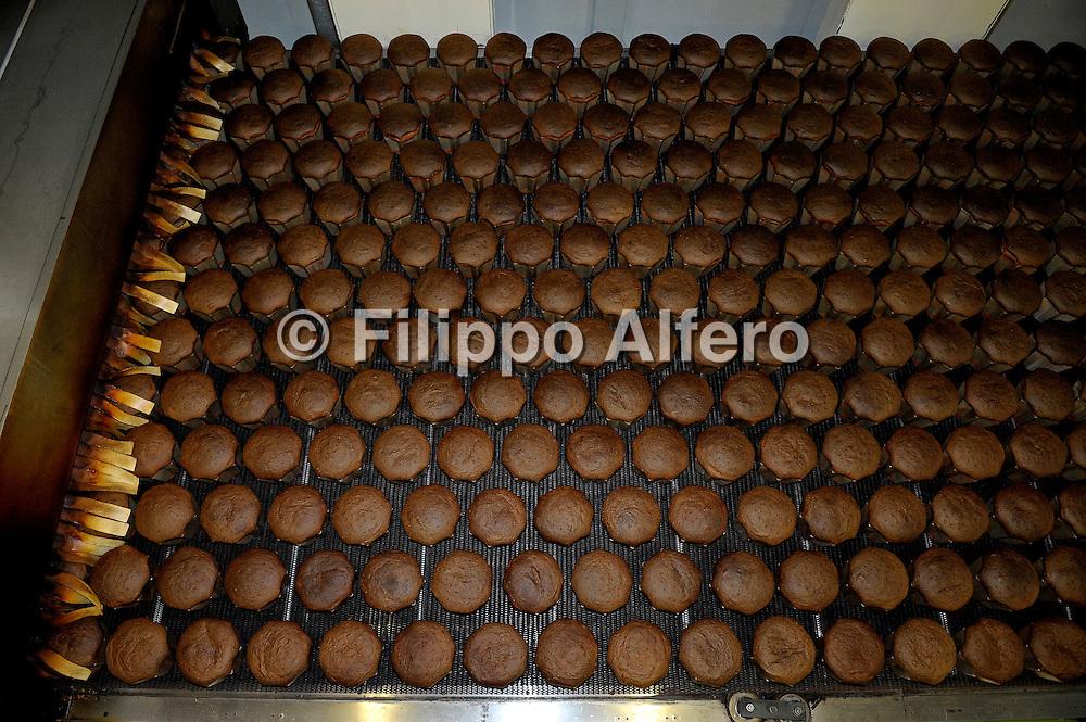 &copy; Filippo Alfero / LaPresse<br /> Fossano (CN) , 05/12/2008<br /> economia<br /> Stabilimento Maina - produzione pandoro e panettone