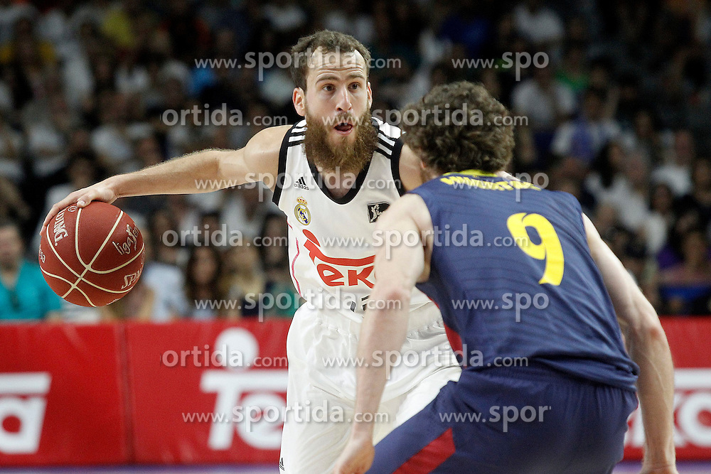 21.06.2015, Palacio de los Deportes, Madrid, ESP, Liga Endesa, Real Madrid vs Barcelona, Finale, 2. Spiel, im Bild Real Madrid's Sergio Rodriguez (l) and FC Barcelona's Marcelinho Huertas // during the second match of Liga Endesa final's between Real Madrid vs Barcelona at the Palacio de los Deportes in Madrid, Spain on 2015/06/21. EXPA Pictures &copy; 2015, PhotoCredit: EXPA/ Alterphotos/ Acero<br /> <br /> *****ATTENTION - OUT of ESP, SUI*****