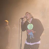 """Peter Hein, Saenger der Gruppe Fehlfarben, bei einem Konzert in der Berliner Volksbuehne. Im Hintergrund Thomas Schwebel (links, Gitarre) und Kurt """"Pyrolator"""" Dahlke."""