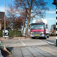 Nederland, Amstelveen , 12 april 2012..De vrachtwagen en de 12-jarige inwoner van Amstelveen reden allebei op de Graaf Aelbrechtlaan in de richting van het centrum in Amstelveen. Ter hoogte van de Keizer Karelweg wilde de vrachtwagen rechtsaf slaan. Hierbij kwamen ze met elkaar in aanraking. De vrachtwagen kwam vrijwel direct tot stilstand..Toen de politie ter plaatse kwam, trof zij het slachtoffer onder de vrachtwagen aan. De jongen is vervoerd naar het ziekenhuis en daar overleden aan zijn verwondingen..Op de foto: de vrachtwagen slaat vanuit de Graaf Aelbrechtlaan rechts de Keizer Karelweg op..Foto:Jean-Pierre Jans