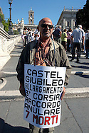 "Roma 7 Settembre 2007.Il Comitato ""Stop alle Morti sul  Lavoro"" a organizzato un iniziativa sotto la scalinata del Campidoglio, disegnando sulla strada una sagoma di un lavoratore morto..Rome September 7, 2007.The Committee ""Stop the deaths on the job"" in an initiative organized under the stairs of the Capitol, drawing on the road a silhouette of a worker who died"