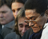 GYOER/HUNGRIA-27 JANEIRO:Portuguese soccer legend EUSEBIO, surrounded by Benfica soccer whatch the grave of Miklos Feher, who played for Portuguese team Benfica at his funeral. Feher collapsed during a league match in Portugal on Sunday and died shortly afterwards. <br />