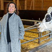 NLD/Hilversum/20181002 - Presentatie boederijboeken 2018, Birgit Schuurman met koe