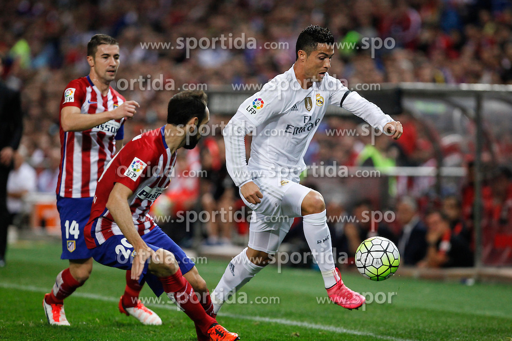 04.10.2015, Estadio Vicente Calderon, Madrid, ESP, Primera Division, Atletico Madrid vs Real Madrid, 7. Runde, im Bild Atletico de Madrid&acute;s Gabi (L) and Juanfran and Real Madrid&acute;s Cristiano Ronaldo // during the Spanish Primera Division 7th round match between Atletico Madrid and Real Madrid at the Estadio Vicente Calderon in Madrid, Spain on 2015/10/04. EXPA Pictures &copy; 2015, PhotoCredit: EXPA/ Alterphotos/ Victor Blanco<br /> <br /> *****ATTENTION - OUT of ESP, SUI*****