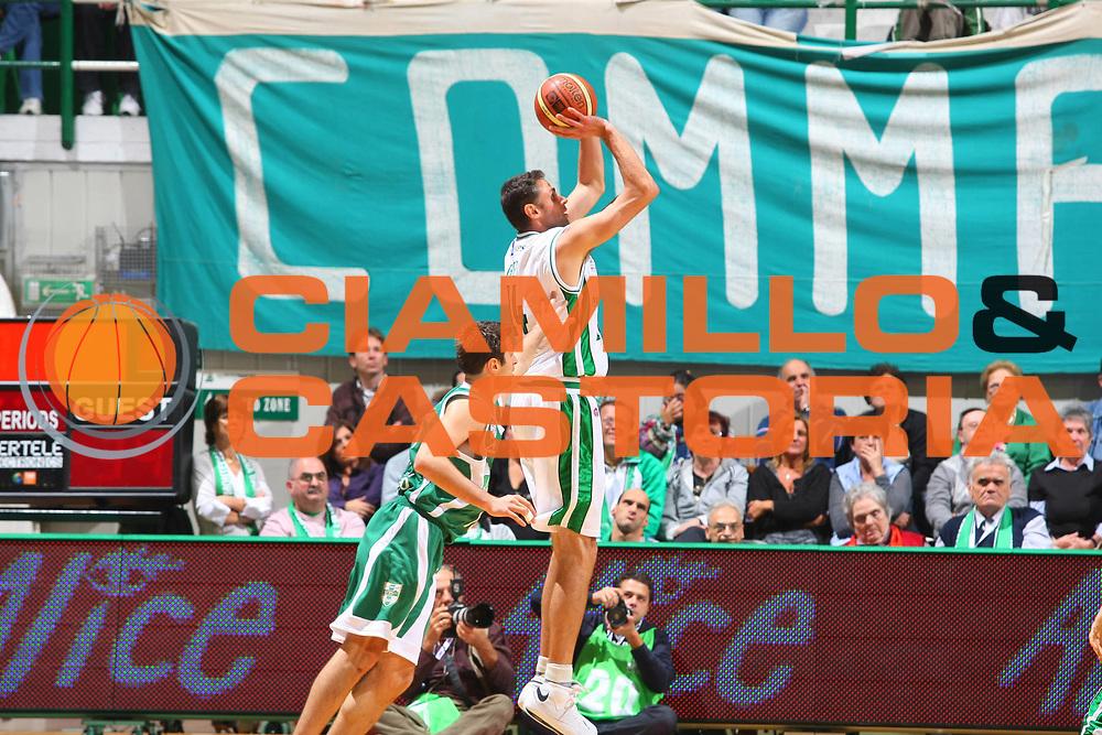 DESCRIZIONE : Siena Lega A1 2008-09 1 TIM Supercoppa 2008 Montepaschi Siena Air Avellino<br /> GIOCATORE : Tomas Ress <br /> SQUADRA : Montepaschi Siena <br /> EVENTO : Tim Supercoppa 2008 <br /> GARA : Montepaschi Siena Air Avellino<br /> DATA : 30/09/2008 <br /> CATEGORIA : Tiro<br /> SPORT : Pallacanestro <br /> AUTORE : Agenzia Ciamillo-Castoria/G.Ciamillo<br /> Galleria : Lega Basket A1 2008-2009 <br /> Fotonotizia : Siena TIM Supercoppa 2008 Lega A1 Montepaschi Siena Air Avellino<br /> Predefinita :