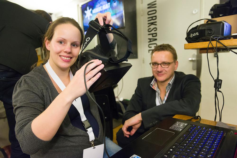 Nederland, Amsterdam, 20141104.<br /> Dani&euml;l Brinckman van Coolminds helpt Tanya Halbersma-Koning, UMCG met de virtual reality bril. &quot;Dit was een rollercoaster belevenis!<br /> E-health Innovation in cure, care &amp; technology in Pakhuis Willem De Zwijger<br /> Skipr