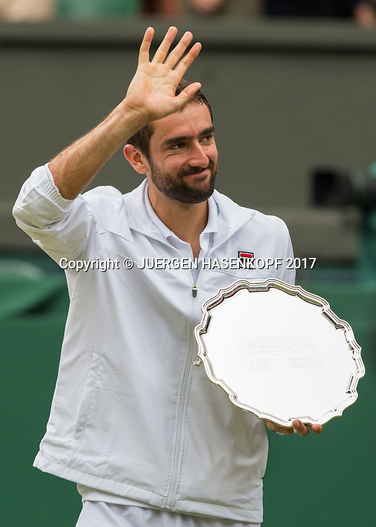 Finalist MARIN CILIC (CRO) praesentiert die Schale,Pokal auf der Ehrenrund, Siegerehrung,Praesentation,Endspiel, Final.<br /> <br /> Tennis - Wimbledon 2016 - Grand Slam ITF / ATP / WTA -  AELTC - London -  - Great Britain  - 16 July 2017.
