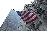 21 NOV 2003, NEW YORK/USA:<br /> Die allgegenwaertige U.S. Flagge hier an der St. Patricks Cathedral, Manhatten, New York<br /> IMAGE: 20031121-02-009<br /> KEYWORDS: Fahne, Kirche