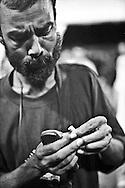 Genova, venerdì 20 luglio 2001. Giornata delle piazze tematiche.  Dopo il corteo della disobbedienza civile, allo stadio Carlini alcuni manifestanti osservano i bossoli raccolti nei pressi di via Tolemaide.