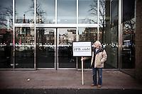 Nederland. Den Haag, 29 januari 2009.<br /> Bij de ingang van de Tweede Kamer pleit een eenzame demonstrant voor een parlement onderzoek naar de rol van Nederland in de Irak oorlog. Hij zinspeelt op het aftreden van Jan Peter Balkenende.<br /> Het kabinet had in 2003 wel degelijk plannen om militair mee te doen aan de inval in Irak. Nederland overwoog militaire steun inval Irak. Uit documenten blijkt dat het kabinet in maart 2003 een fregat wilde inzetten voor de inval. Er lag zelfs al een brief klaar waarin de Tweede Kamer werd gevraagd om toestemming voor de militaire deelname.De militaire steun werd op het laatste moment afgeblazen. De PvdA, waarmee het CDA op dat moment onderhandelde over een nieuwe coalitie, verzette zich met hand en tand. Een ook de bevolking vond in ruime meerderheid dat Nederland niet militair moet meedoen, bleek uit een enquete. Balkenende trok zijn plan in, en zegde alleen politieke steun toe.<br /> Na het vragenuurtje, minister-president Jan Peter Balkenende heeft vragen beantwoord over over de strafvervolging van PVV-leider Geert Wilders. <br /> Foto Martijn Beekman<br /> NIET VOOR PUBLIKATIE IN LANDELIJKE DAGBLADEN.