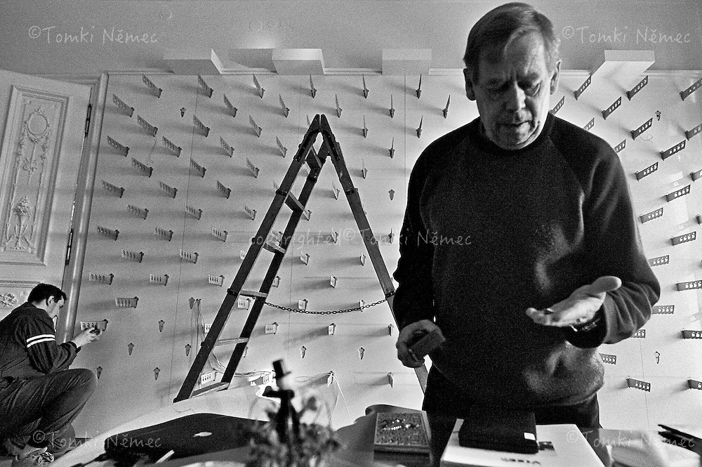 *EN/ CZECH REPUBLIC, PRAGUE, JANUARY 2003. .VACLAV HAVEL FOR THE LAST TIME AT THE MOVING OF HIS CASTLE OFFICE, DESIGNED FOR HIM BY ARCHITECT BOREK SIPEK..PRAGUE - OFFICE OF THE PRESIDENT, JANUARY 2003