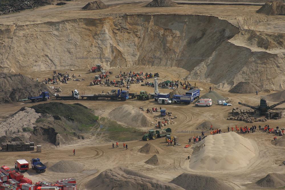 In einem Kieswerk bei Dannenberg befüllen Freiwillige Sandsäcke gegen das Hochwasser der Elbe. Aerial view into a sand mine used for flood protection near Dannenberg.