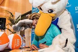 07-01-2018 NED: DELA Beach Open day 5, Den Haag<br /> Jeugd kinderen vermaken zich prima in het Dela Beach House. Mascotte Spike, Joy Stubbe NED #1