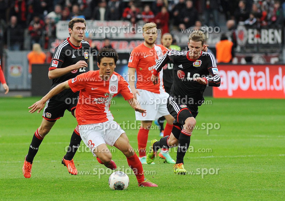 01.03.2014, BayArena, Leverkusen, GER, 1. FBL, Bayer 04 Leverkusen vs 1. FSV Mainz 05, 23. Runde, im Bild V l n r Stefan Reinartz, Lars Bender ( beide Bayer 04 Leverkusen ) versuchen Ja Cheol Koo ( FSV Mainz 05 ) zu stoppen // during the German Bundesliga 23th round match between Bayer 04 Leverkusen and 1. FSV Mainz 05 at the BayArena in Leverkusen, Germany on 2014/03/01. EXPA Pictures &copy; 2014, PhotoCredit: EXPA/ Eibner-Pressefoto/ Thienel<br /> <br /> *****ATTENTION - OUT of GER*****