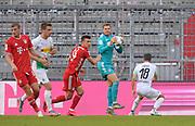 Torwart Manuel Neuer (mi., Bayern München) klärt vor Stefan Lainer (re., Borussia Mönchengladbach) und Ivan Perisic (Bayern München) during the Bayern Munich vs Borussia Monchengladbach Bundesliga match at Allianz Arena, Munich, Germany on 13 June 2020.