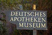 Heidelberg..Heidelberger Schloss, Schild Deutsches Apothekenmuseum
