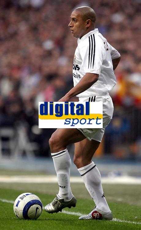 Fotball<br /> Spania 2004/05<br /> Real Madrid v Barcelona<br /> 10. april 2005<br /> Foto: Digitalsport<br /> NORWAY ONLY<br /> Real Madrid's Roberto Carlos