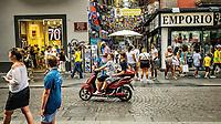 Le scooter est le roi de la jungle napolitaine.<br /> Chaque croisement de rues s'accompagne d'un bref coup de klaxon pour annoncer sa presence.<br /> Dans le labyrinthe de venelles des quartiers espagnols c'est un spectacle en soi.<br /> Le scooter est aussi le moyen de locomotion de toute la famille napolitaine qui s&rsquo;agglutine sur le vehicule, en equilibre, autour du pere ou de la mamma qui conduit.<br /> <br /> Naples fut d'abord fondee au cours du viie&nbsp;siecle avant notre ere sous le nom de Parthenope par la colonie grecque de Cumes. <br /> Ce premier etablissement fut appele Palaiopolis (la ville ancienne). <br /> Lorsqu'une seconde ville fut fondee vers 500 avant notre ere par de nouveaux colons, cette nouvelle fondation fut appelee Neapolis (nouvelle ville).<br /> Alliee de Rome au ive&nbsp;siecle av.&nbsp;J.-C., la ville conserve longtemps sa culture grecque et restera la ville la plus peuplee de la botte italique et sans aucun doute sa veritable capitale culturelle.<br /> Elle rempla&ccedil;a Capoue comme capitale de la Campanie apres la bataille de Zama, a la suite de la confiscation de citoyennete et des territoires de cette derniere, par son alliance avec Hannibal avant la bataille de Cannes.<br /> Naples possede ainsi l'une des plus grandes concentrations au monde de ressources culturelles et de monuments historiques, jalonnant 2800 ans d'histoire. <br /> Dans le centre historique, inscrit sur la liste du patrimoine mondial de l'Unesco, se rencontrent notamment 448 eglises historiques ainsi que d'innombrables palais historiques, fontaines, vestiges antiques, villas, residences royales.