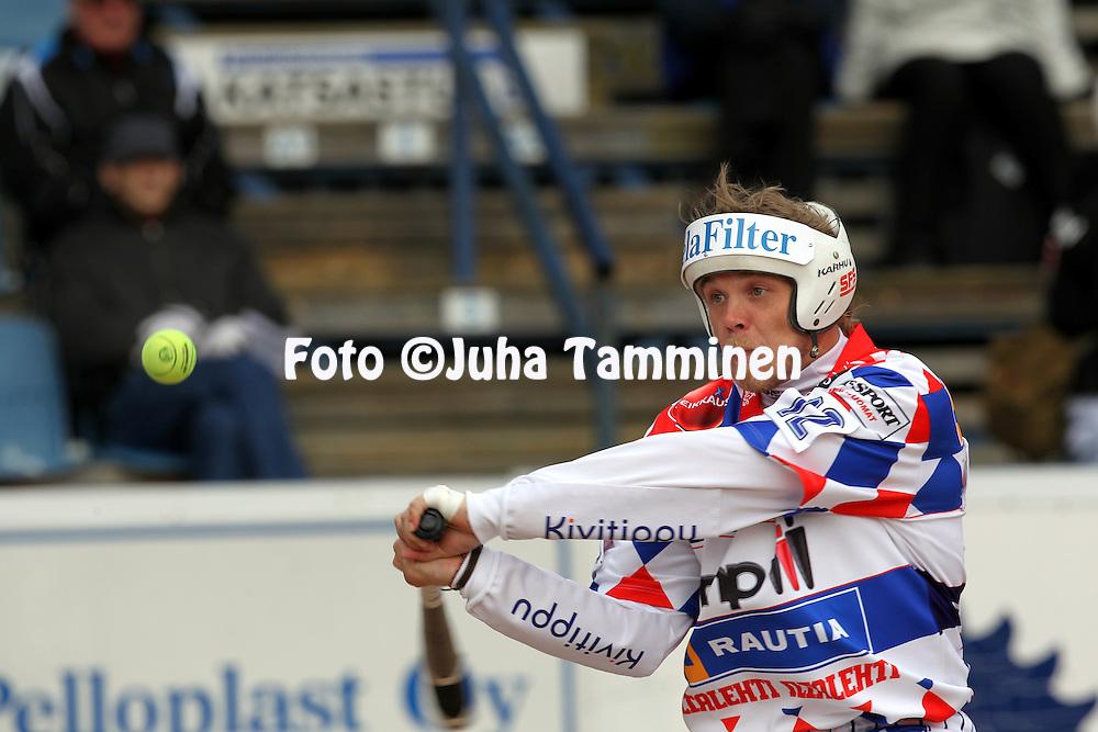15.5.2011, Saarikentt?, Vimpeli..Superpesis 2011, Vimpelin Veto - Koskenkorvan Urheilijat..Janne M?kel? - Vimpeli.©Juha Tamminen.