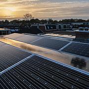 Nederland, Utrecht, 01-11-2014 Zonnepanelen op een dak van een rijtjes huis uit 1928 in de wijk Oudwijk.  Een zonnepaneel of fotovoltaïsch paneel, kortweg pv-paneel is een paneel dat zonne-energie omzet in elektriciteit.  FOTO: GerardTil / Hollandse Hoogte