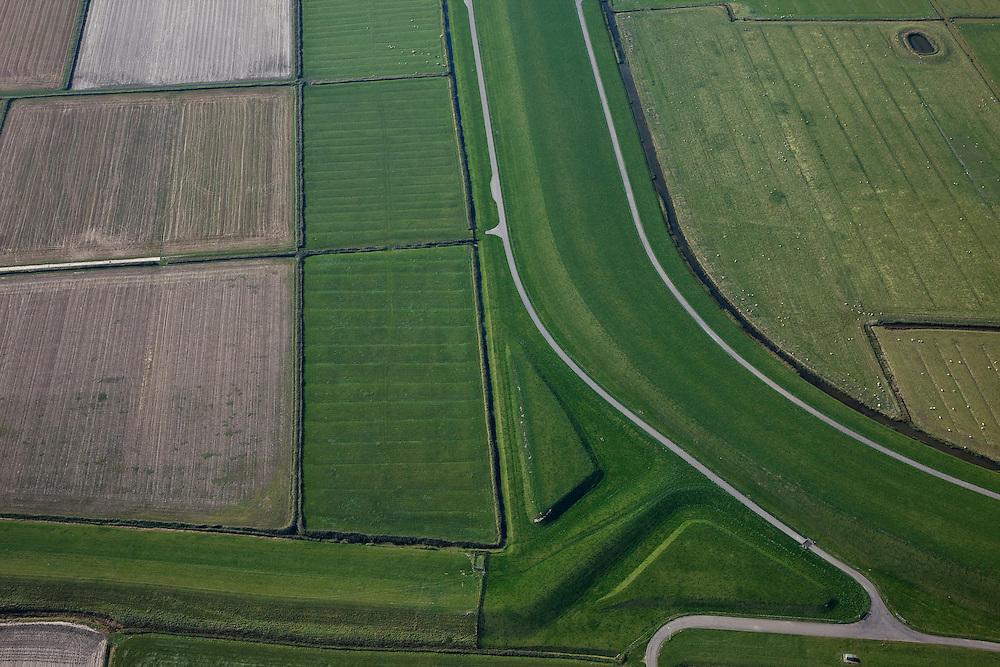 Nederland, Friesland, Gemeente Ferweradeel, 08-09-2009; Oude en nieuwe zeedijk. Vijfhuisterdijk (l), historisch dijk die vroeger het Bildt tegen de zee moest beschermen. Rechts de Zeedijk (of Waddendijk), op deltahoogte, met zowel binnendijks als buitendijks een (werk)weg. .Old and new seawall. Vijfhuisterdijk (left), historic dike which used to protect the polders of the the Bildt region. Right the Zeedijk (or Waddendijk), seawall on delta height and with both inside and outside the dike a (work) road.luchtfoto (toeslag); aerial photo (additional fee required); .foto Siebe Swart / photo Siebe Swart