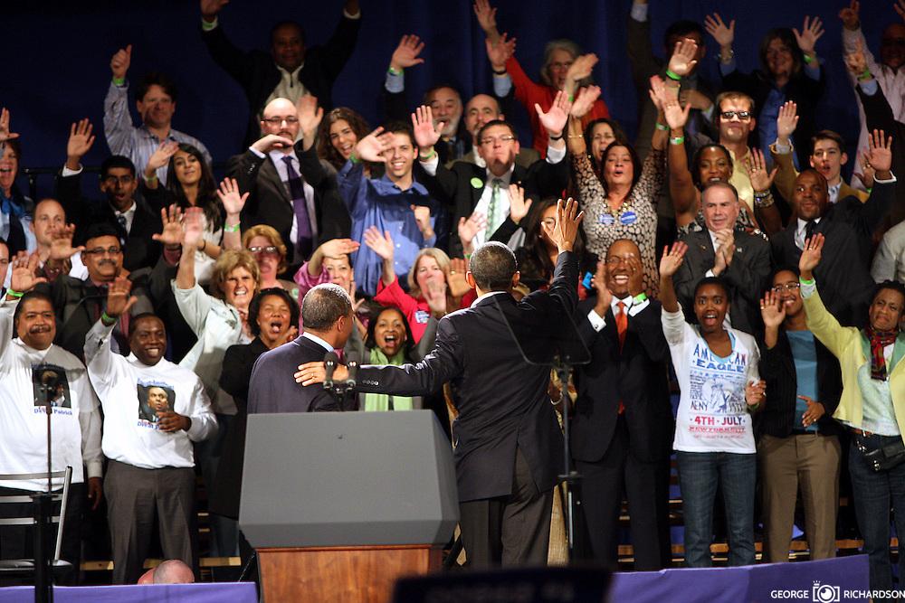 El presidente Barack Obama junto al Governador de Massachusetts, Deval Patrick saluda a un entusiasmado publico,durante el rally por la reeleci?n de Sr. Patrick. <br />   <br /> Una multitud de  aprox. 10,000 personas, espero durante 4 horas para entrar en el Hynes Convention Center, en Boston. <br /> <br /> &quot;Si tu quieres mover un carro para adelante, donde tu lo pones&quot; pregunt? retoricamente Obama- &quot;Lo pones en D&quot;  Ensequidas a?adi?:&quot;Como lo mueves para adetras?&quot; Continuo el presidente hablando retoricamente- &quot;Lo pone en R&quot;. <br /> El publico respondi? al comentario con un aplauso.<br /> <br /> Obama parecio algo cansado y con frecuencia repitio lineas de otros discursos.