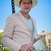 NLD/Amsterdam/20130607 - Beau van Erven Dorens springt met zijn zonen in de Amstel om zijn boek 'Handboek voor Vaders' te dopen, Beau van Ervens Dorens met het boek