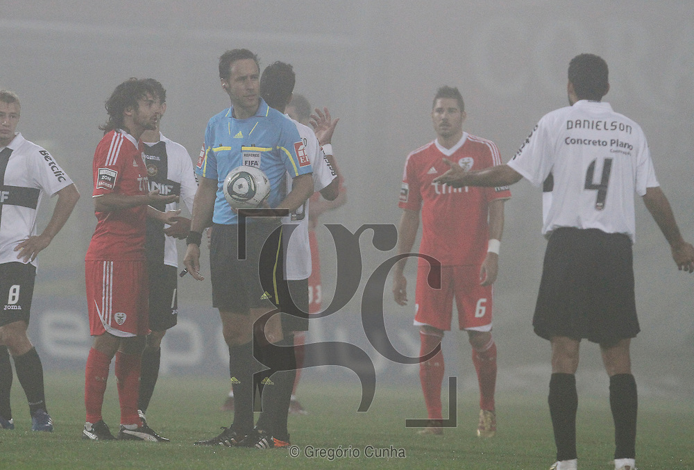Portugal, Funchal, Madeira : Benfica's Argentinian midfielder Pablo Aimar (L) speaks with Portuguese referee Artur Soares Dias (C) as he halts the game for a second time due to heavy fog during the Portuguese league football match Nacional Madeira vs Benfica on August 29, 2011 at the Madeira Stadium in Funchal..PHOTO / GREGORIO CUNHA