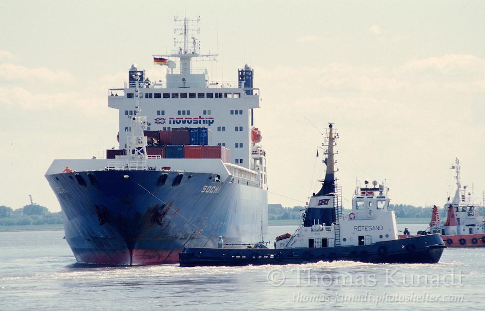 Schlepper ROTESAND dreht das Container-RoRo-Schiff SOCHI auf der Weser vor Bremerhaven am 24.05.1997