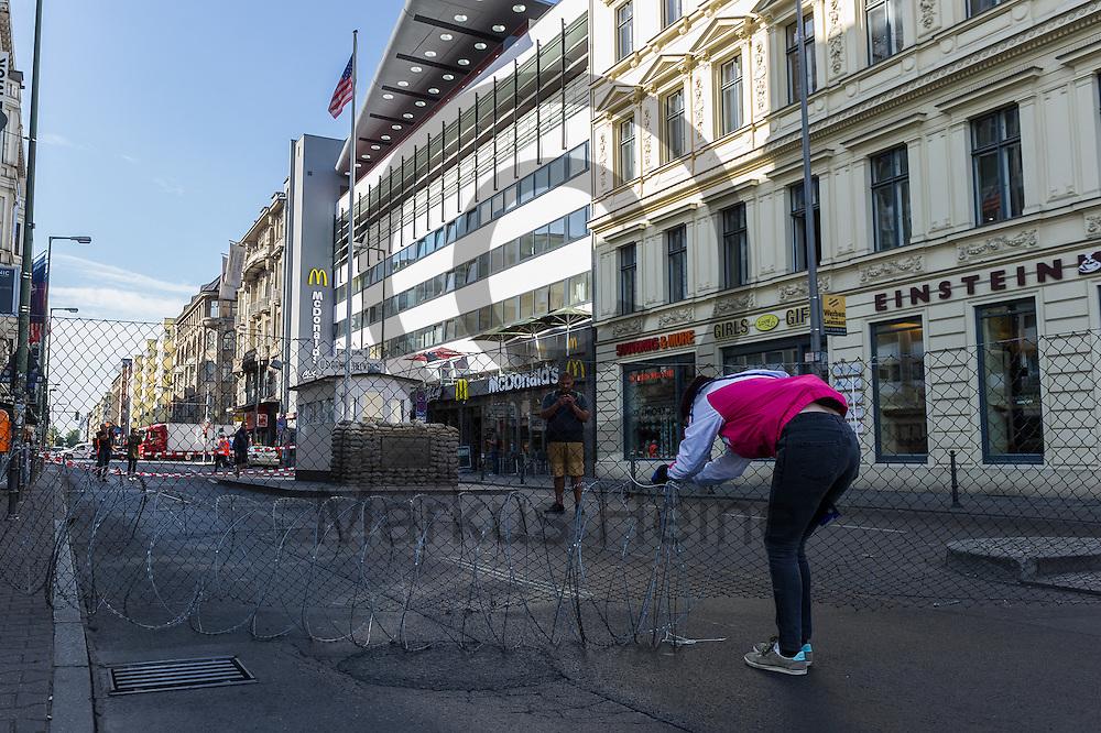 Aktivisten bauen am 10.06.2016 an dem ehemaligen Grenz&uuml;bergang Checkpoint Charlie in Berlin, Deutschland einen symbolischen Grenzzaun auf. Die Aktivisten demonstrieren mit der Aktion gegen die Abschottungspolitik der EU und die geschlossenen Grenzen. Foto: Markus Heine / heineimaging<br /> <br /> ------------------------------<br /> <br /> Ver&ouml;ffentlichung nur mit Fotografennennung, sowie gegen Honorar und Belegexemplar.<br /> <br /> Bankverbindung:<br /> IBAN: DE65660908000004437497<br /> BIC CODE: GENODE61BBB<br /> Badische Beamten Bank Karlsruhe<br /> <br /> USt-IdNr: DE291853306<br /> <br /> Please note:<br /> All rights reserved! Don't publish without copyright!<br /> <br /> Stand: 06.2016<br /> <br /> ------------------------------Aktivisten bauen am 10.06.2016 an dem ehemaligen Grenz&uuml;bergang Checkpoint Charlie in Berlin, Deutschland einen symbolischen Grenzzaun auf. Die Aktivisten demonstrieren mit der Aktion gegen die Abschottungspolitik der EU  und die geschlossenen Grenzen. Foto: Markus Heine / heineimaging<br /> <br /> ------------------------------<br /> <br /> Ver&ouml;ffentlichung nur mit Fotografennennung, sowie gegen Honorar und Belegexemplar.<br /> <br /> Bankverbindung:<br /> IBAN: DE65660908000004437497<br /> BIC CODE: GENODE61BBB<br /> Badische Beamten Bank Karlsruhe<br /> <br /> USt-IdNr: DE291853306<br /> <br /> Please note:<br /> All rights reserved! Don't publish without copyright!<br /> <br /> Stand: 06.2016<br /> <br /> ------------------------------