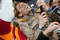 Roma 26/02/06<br /> Campionato Italiano Serie A<br /> Lazio-Roma 0-2<br /> Nella foto Totti sorridente mentre festeggia sventolando la bandiera giallo-rossa a fine partita<br /> Foto Luca Pagliaricci Graffiti
