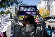 """Un manifestante porta la frase """"Dignidad: el tiempo es ahora"""" El 5 de octubre, 2013, en el marco del Día de Acción Nacional para la Reforma Migratoria, centenares de personas se manifestaron en la ciudad de Denver, Colorado, para exigir la aprobación de una reforma migratoria que incluya un mecanismo de nacionalización para los inmigrantes residentes en EEUU.  El miércoles, 2 de octubre, congresistas de la Cámara de Representantes introdujeron el proyecto de ley H.R. 15. Photo: Graham Charles Hunt/IMAGENES LIBRES."""