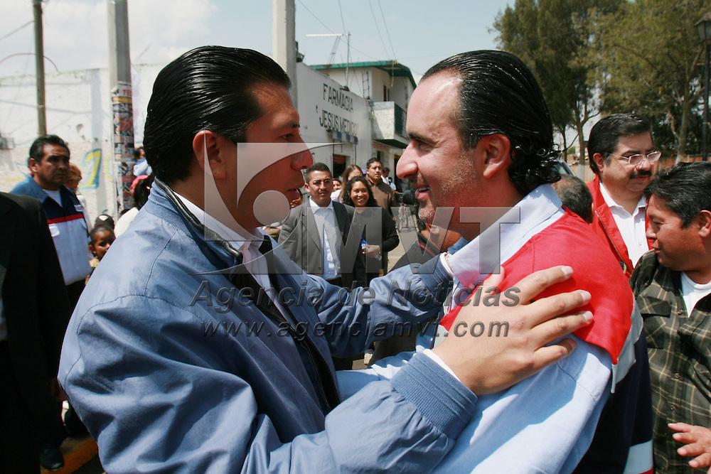 Toluca, Mex.- Luis Maccise Uribe, delegado en la entidad de Cruz Roja, saluda a Juan Rodolfo Sanchez Gomez, alcalde de Toluca, a su llegada al acto donde rindieron protesta las integrantes del consejo directivo de la Cruz Roja en Toluca. Agencia MVT / Mario Vazquez de la Torre. (DIGITAL)<br /> <br /> <br /> <br /> <br /> <br /> <br /> <br /> NO ARCHIVAR - NO ARCHIVE