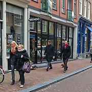 De 9 straatjes is de verzamelnaam voor de negen schilderachtige winkelsraatjes tussen Raadhuisstraat en Leidsestraat, op een paar minuten loopafstand van het Paleis op de Dam. Deze wijk met haar vele monumentale panden heeft de gezelligheid van het verleden behouden en gonst van het leven. De straatnamen herinneren  nog aan het ambacht van de leerbewerking en het geheel geeft en prachtig overzicht van de bouwstijlen binnen de Amsterdamse grachtengordel. Dit mooie stukje stad staat alom bekend als het meest boeiende winkelgebied van Amsterdam., Mr. Gerard Spong en partner laten hun honden uit