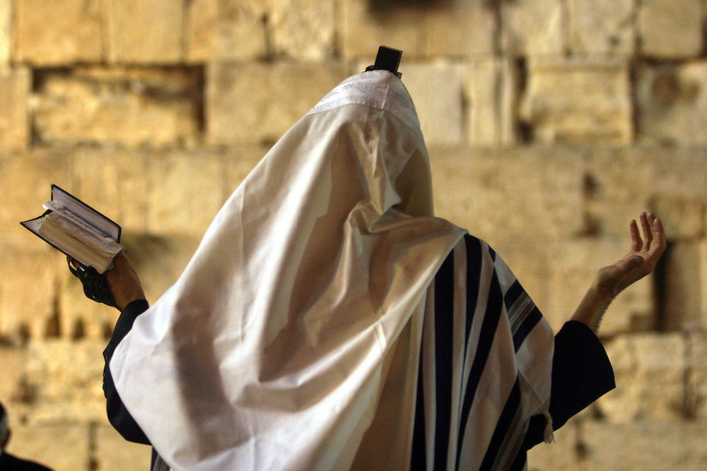 Jewish worshippers pray at the for forgivnes of good  befor Yom Kippur at the Western Wall in the Old City of Jerusalem ..at 26  septembe 2006.........