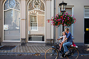 Een vrouw fietst met een meisje voorop door Utrecht.<br /> <br /> A woman cycles with a girl on the front seat of the bike in Utrecht.