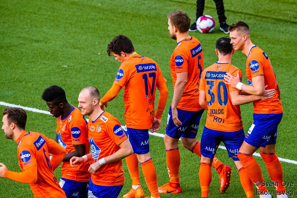 1. divisjon fotball 2018: Aalesund - Levanger (4-0). Aalesunds Holmbert Fridjonsson (t.h.) og lagkameratene feirer 2-0 i kampen i 1. divisjon i fotball mellom Aalesund og Levanger på Color Line Stadion.