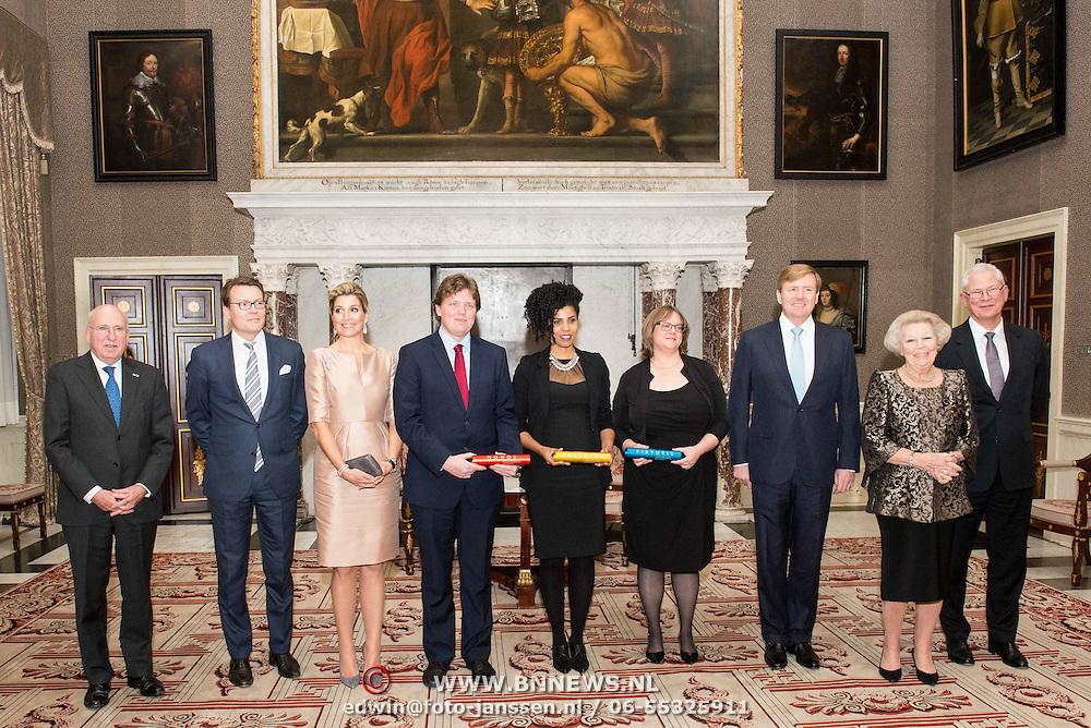 NLD/Amsterdam/20151125 - Koning Willem Alexander reikt Erasmusprijs 2015 uit, vlnr. De heer Sanders, Prins Constantijn, Koningin Maxima, de heer Gelauff, mevrouw Vrana, mevrouw Ayers, Koning Willem-Alexander, prinses Beatrix en de heer Sparreboom tijdens de uitreiking van de Erasmusprijs 2015 aan de Wikipedia Community