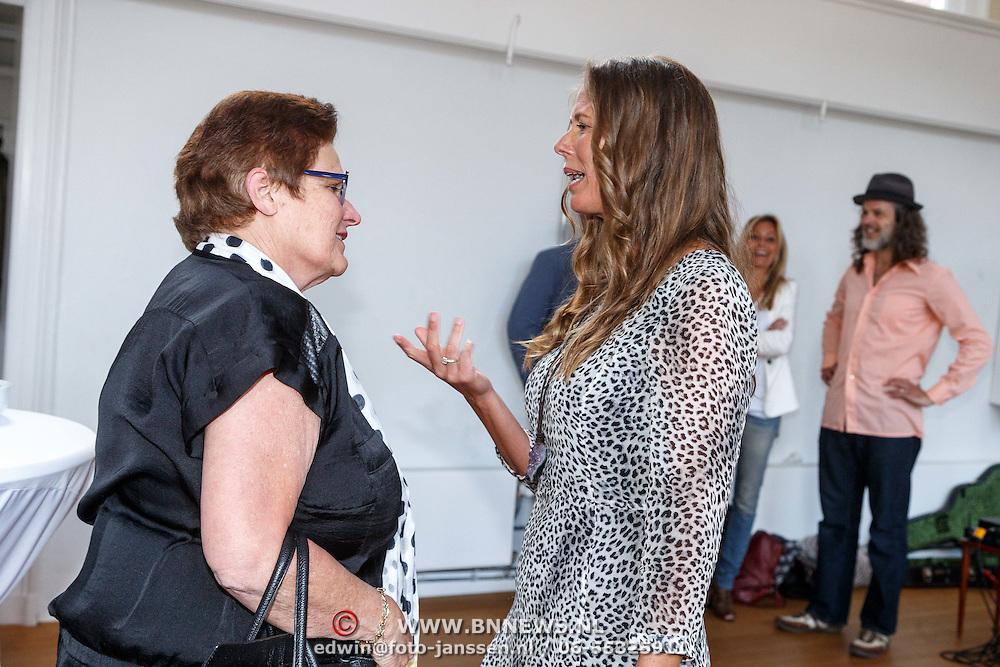 NLD/Amsterdam/20150608 -Yoga  Boekpresentaie Danielle van 't Schip - Oonk, Danielle geeft interview aan Prive verslaggeefster Yvonne Hoebe