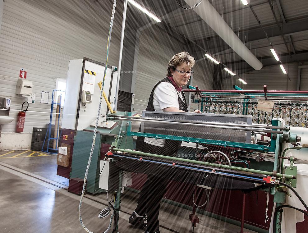 Lyon, Atelier Hermès, Bussière -dipartimento della Loire- nell'Atelier della tessitura. working on a loom.