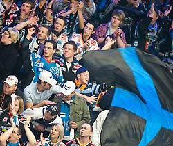 28.02.2010, Stadthalle, Villach, AUT, EBEL, EC VSV vs EHC Liwest Linz, im Bild Linz Fans mit Fahne, EXPA Pictures © 2010, PhotoCredit: EXPA/ J. Feichter / SPORTIDA PHOTO AGENCY